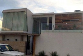ANTICRETICO: 50.000$us. HERMOSA CASA DE LUJO MINIMALISTA DE 3 Dorms. Zona: Oeste 3er Anillo